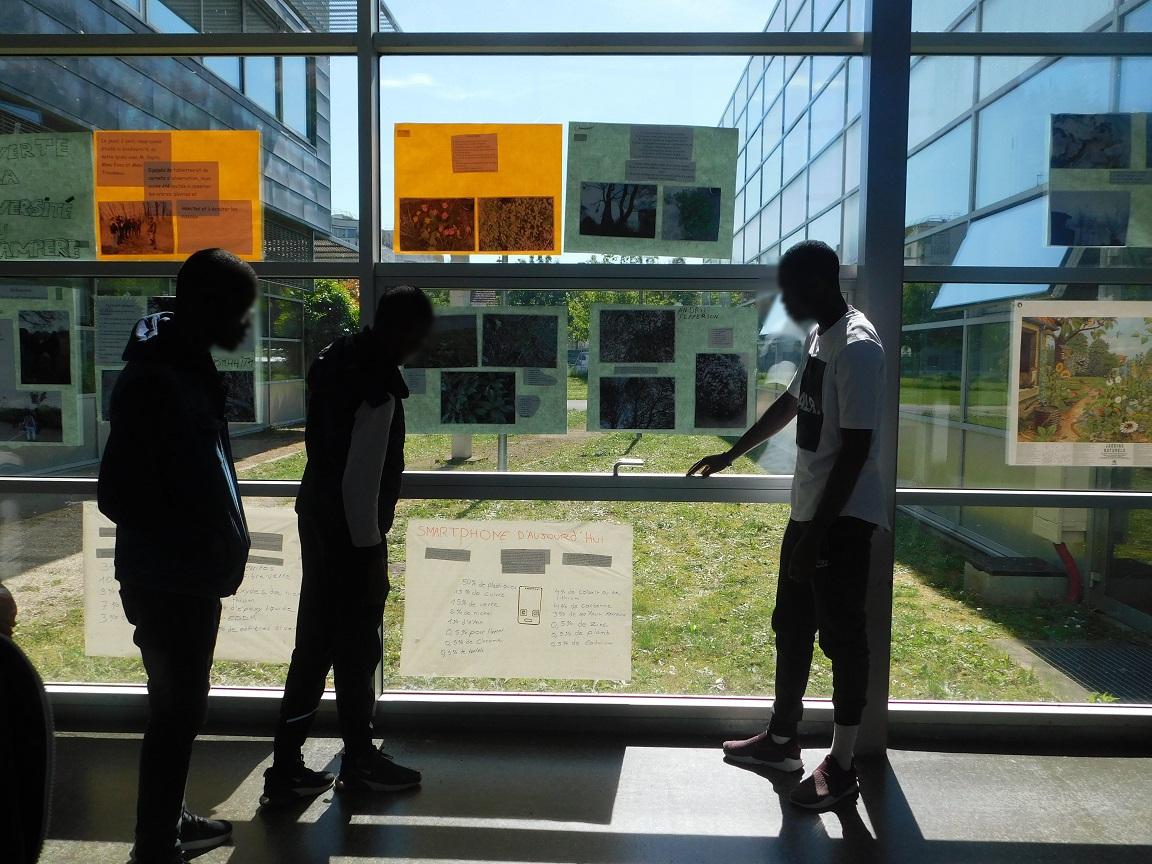 Présentation de l'exposition sur la biodiversité au lycée réalisée par les élèves de seconde CAP