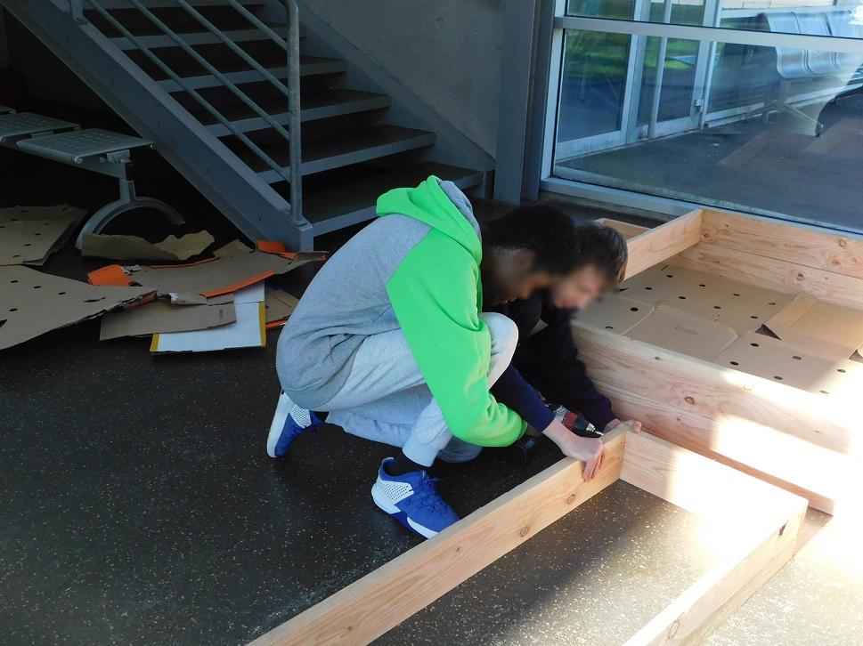 Construction des bacs du futur potager du lycée